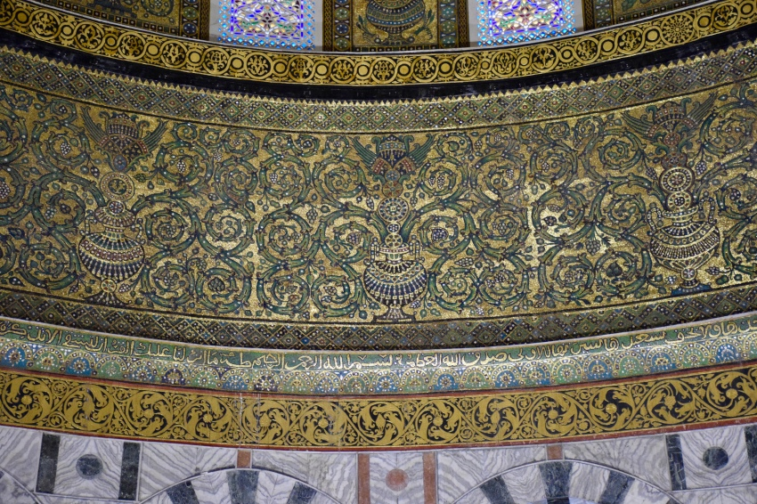 Decorative artwork around the Dome of the Rock.